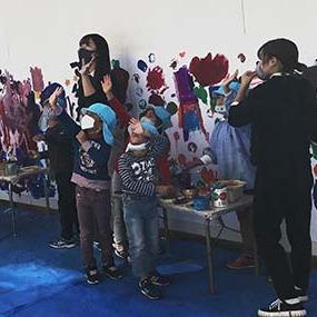 地元幼稚園で園児たちと一緒に壁画お絵描きワークショップ